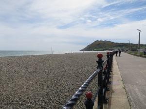 La plage de Bray, avec au fondle promontoire rocheux derrière lequel se trouve Greystones.