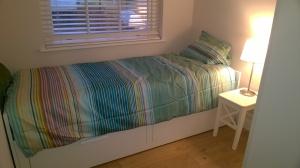 Voilà la chambre d'amis (ça devient lit double). Vous venez quand vous voulez :)